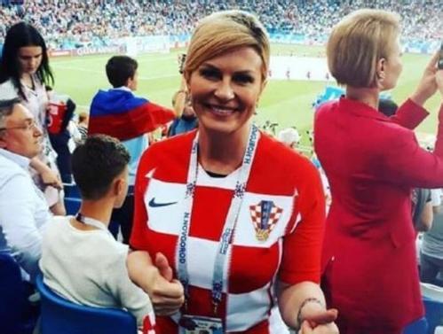克罗地亚美女总统看世界杯激情庆祝:好身材抢眼 被大叔趁机拍照!