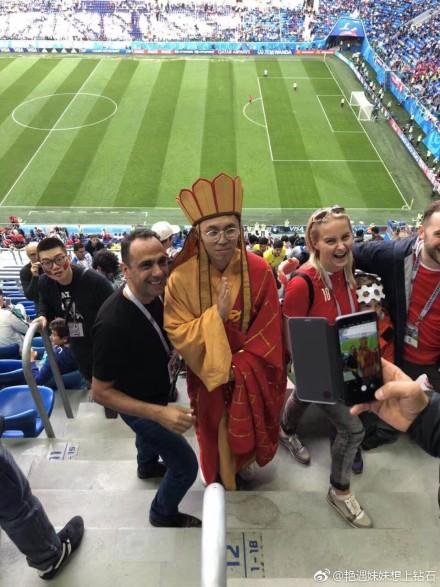 世界杯惊现神秘东方力量!唐僧念经做法 球迷求合影