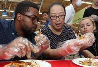 外国人和大妈PK吃蟹