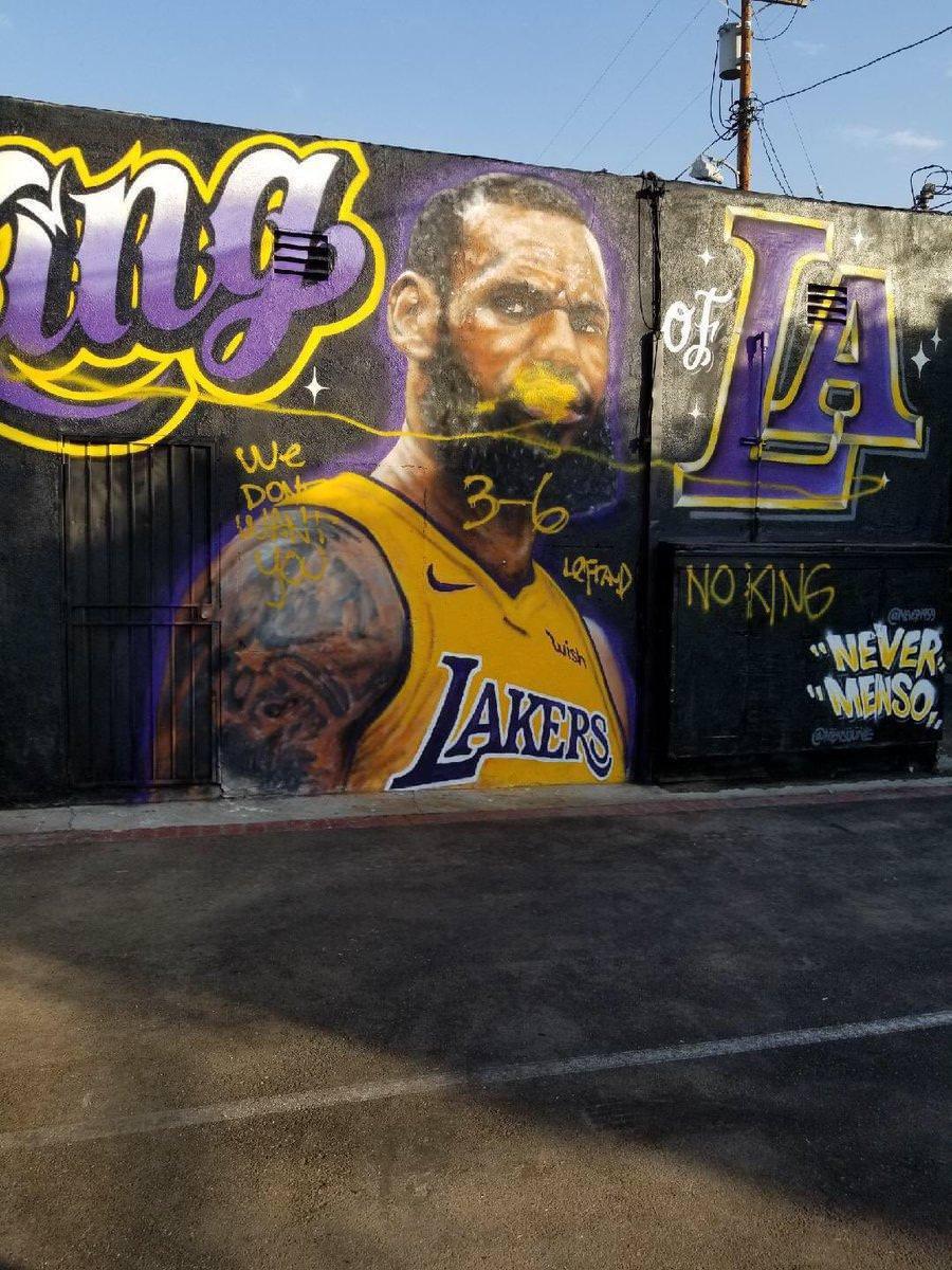 勒布朗巨幅壁画遭涂鸦破坏 球迷:你不是这里的王