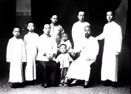 1902年,沈钧儒(右二)全家合影。