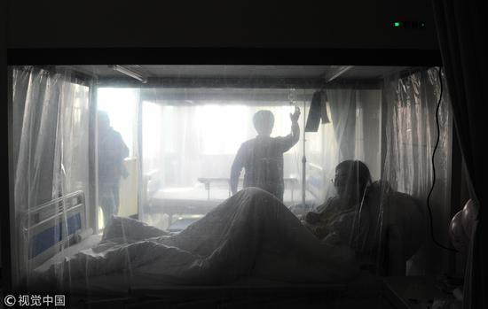 2011年11月19日上午,西安。这是层流病房,为免疫力极低的白血病病人准备。父亲住的移植仓比这个要求还要严格。/视觉中国