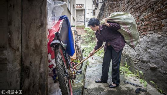 2017年10月7日,河南南阳。奶奶卖掉150平米房子捡垃圾,为孙女筹钱治白血病。我们家的境况虽不至于这么惨,但也没有好到哪里去。/视觉中国