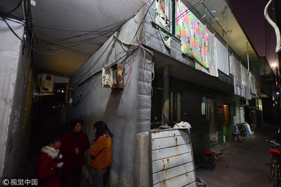 """2015年2月5日,北京肿瘤医院旁边形成""""癌症岛"""",200多个隔间九成都住了病人及家属。可以看出,条件有多么艰苦。/视觉中国"""