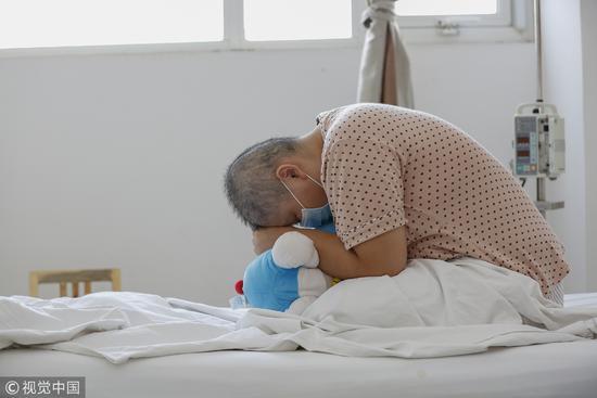 """2015年8月25日,河南焦作,这位白血病患者已经经过三轮化疗,化疗让她常常头晕呕吐。而骨髓移植的""""大化疗"""",还要比这个痛苦。/视觉中国"""