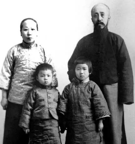 1923年,沈钧儒在天津与夫人张象徵及幼女谱和长孙人镳合影。