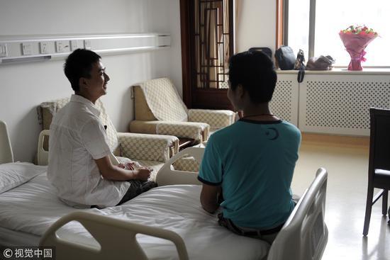 2011年7月4日,北京,湖北一名大学生瞒家人来京捐骨髓,为救上海12岁白血病男孩。配型成功,就像中了彩票。/视觉中国