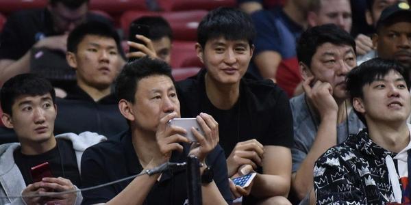 李楠带红队观战夏联 场上场下都是中国元素