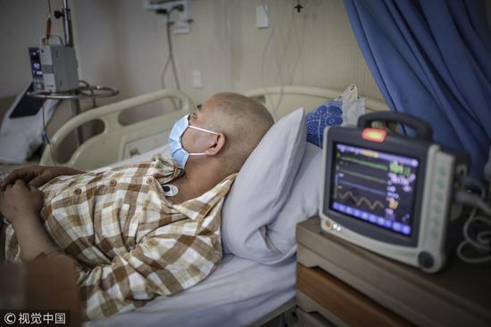2016年7月9日,北京东燕郊某医院,一名白血病患者等待救治。北京聚集了最顶尖的医疗资源,是患者最后的希望。/视觉中国