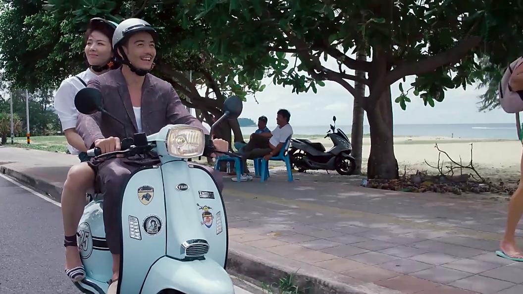 安迪和小包总在泰国普吉岛上骑行。 / 《欢乐颂2》剧照