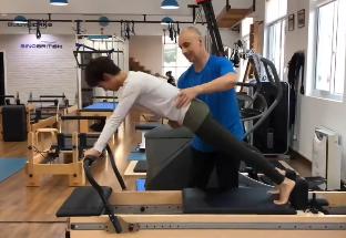 孙俪花式卖力练肌肉 下腰倒立高难度姿势令人叹服