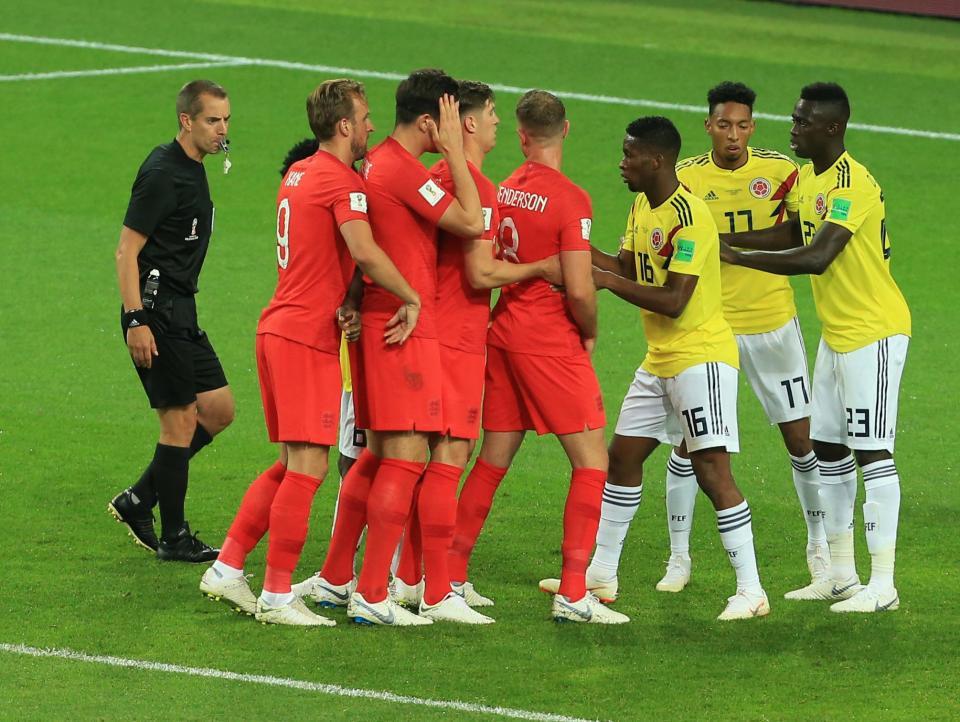 """英格兰在对阵哥伦比亚的一次角球进攻当中排出了""""love train""""的战术。"""