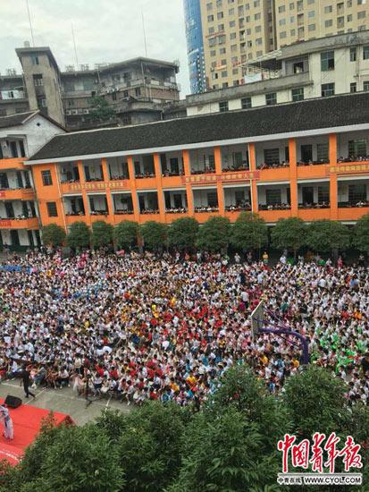"""新化县城一所小学""""六一""""儿童节表演,人满为患"""