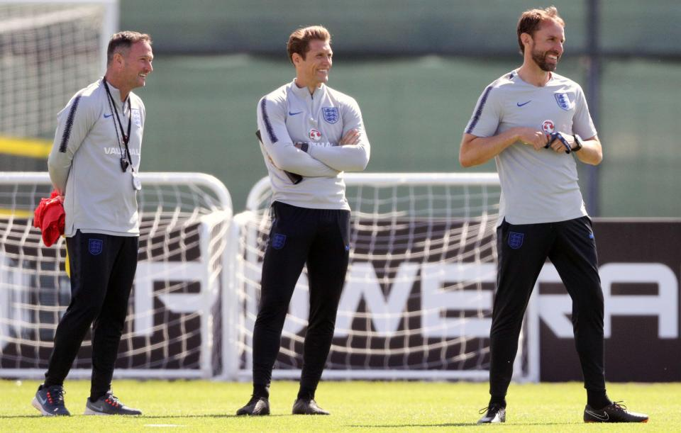 索斯盖特有两个秘密武器,左边的是史蒂夫-赫兰德,中间的是前锋教练艾伦-拉塞尔。