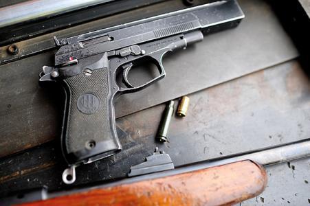 湖南一保安不知枪上膛射杀同事 终审改判15年