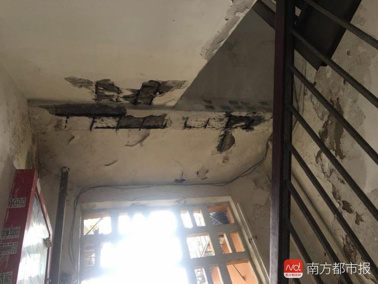 小区房内天花板突然脱落 20斤水泥块砸向熟睡孩子