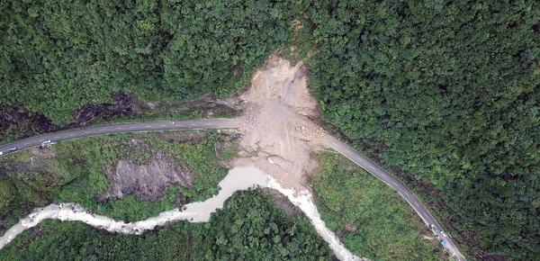 山体崩塌阻断道路 400米索道成全村生命线