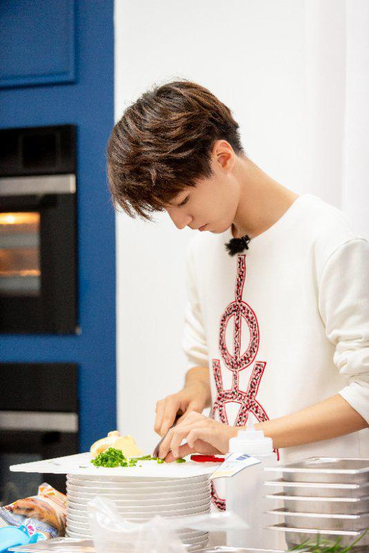 《中餐厅2》王俊凯秀厨艺 拿手好菜能否俘获众人?