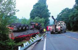 油罐车载33.2吨柴油侧翻 消防交警联手8时紧急排险