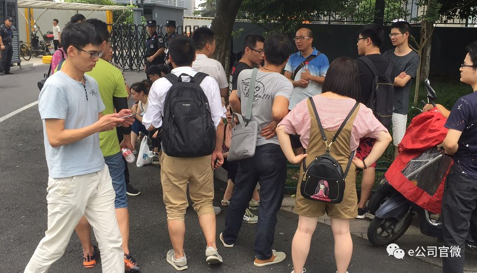 7月11日上午,证券时报・e公司在赶往杭州市某政府部门的路上,巧遇了多名投融系投资人,部分还是从外省市赶来的。从北京赶来的一位投资人称,投融系危机被曝光后,他昨天急匆匆从北京赶了过来,一共在投融系的理财平台上投资20来万,涉及多个产品,利息在8-10%之间。