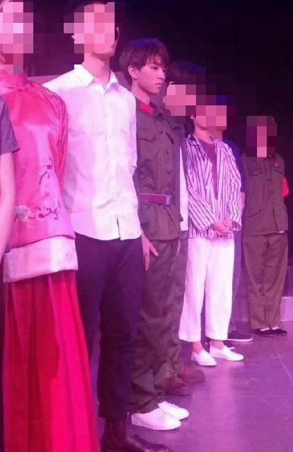 王俊凯回北电参加期末考试 穿军装吹小号显干练