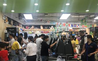 众多市民在台风来临前屯粮 收银台前排起长龙
