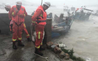 福建消防官兵冒14级台风跳入巨浪 救出3名被困渔民