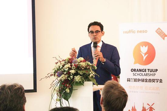 """有钱任性!荷兰为中国留学生颁发77万欧""""橙色郁金香奖学金"""""""