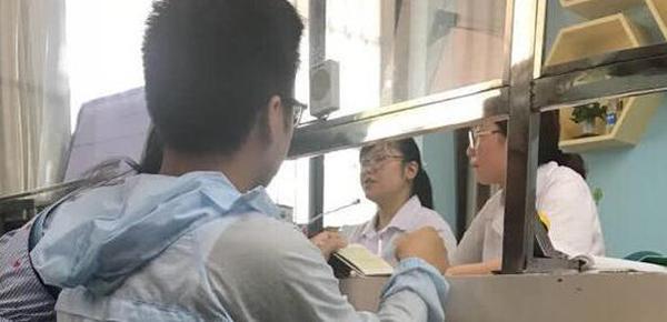 """医院现""""孙连城式""""窗口:站也不是 蹲着难受"""