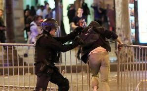 嗨过头!法国球迷庆祝晋级引发骚乱
