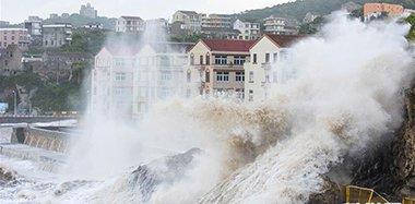 """台风""""玛莉亚""""强势来袭 温岭沿海巨浪拍岸"""