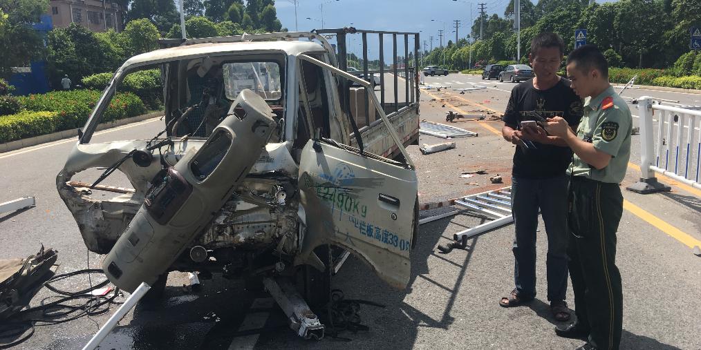 北海:小货车撞毁护栏 驾驶员被困车内