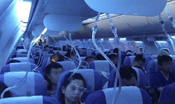 国航CA106从香港飞往大连途中,曾10分钟内紧急下降25000英尺(约7620米),导致机舱内的氧气面罩掉落。飞机最终安全抵达目的地。