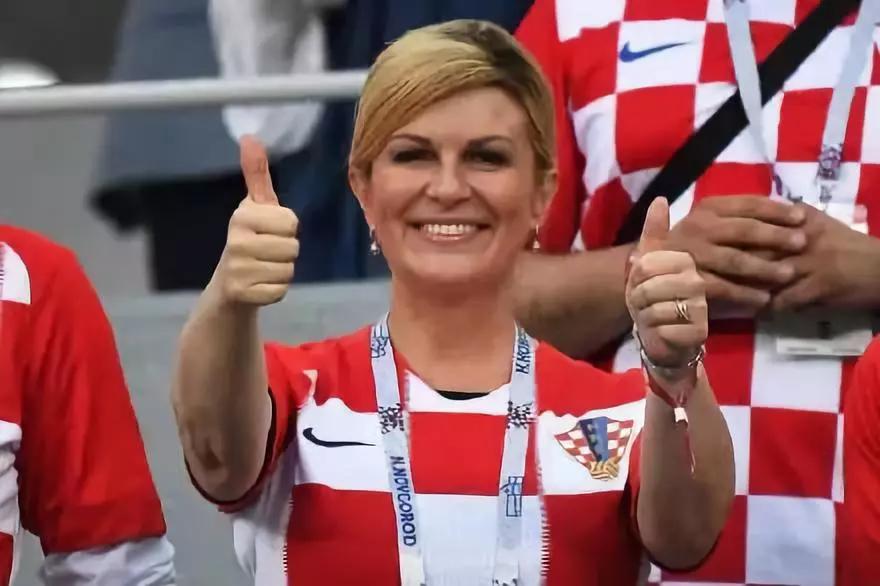 跳舞狂欢、抱球员!这位女总统的世界杯印记很特别