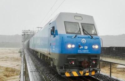 """两列数千吨火车""""压梁""""抗洪"""
