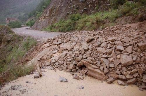 甘孜州11处地段泥石流加滑坡国道317线炉霍段两处中断
