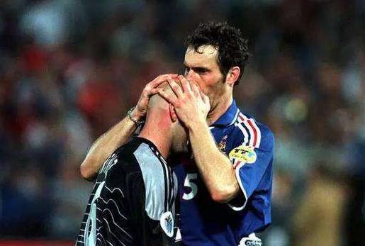 法国夺冠要靠玄学,20年前吻巴特斯光头,20年后摸拉米胡须!