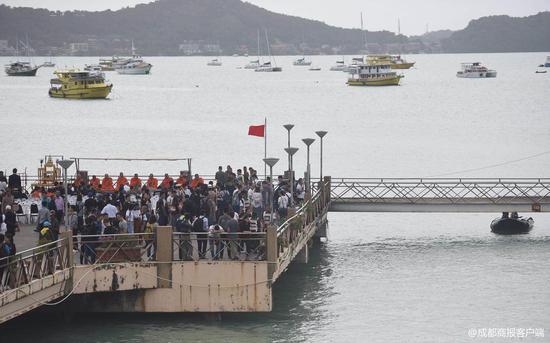 遇难者家属前往普吉沉船事发地悼念 跪地失声痛哭