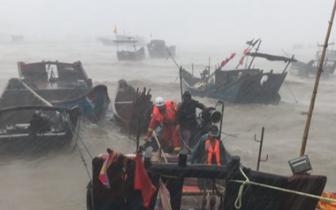福州抗击台风一线故事:狂风暴雨中 他们冲在前