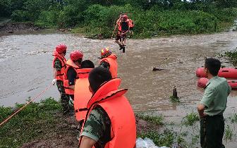 营救视频20名游客被困孤岛眉山消防成功营救