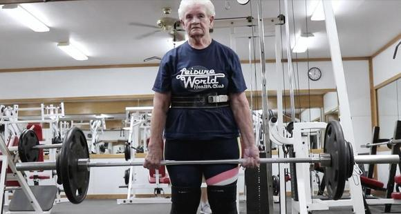 美国80岁老奶奶爱健身 可硬举115公斤