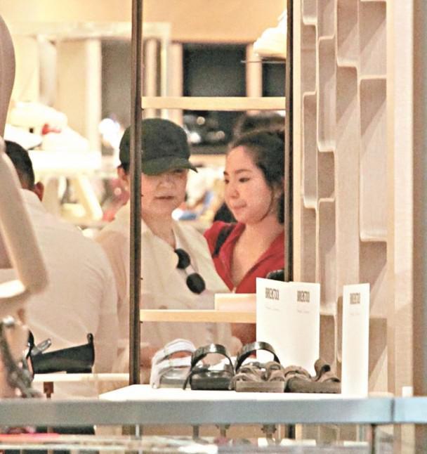 林青霞罕见携小女儿外出购物 全程亲密沟通似姐妹[标签:关键词]