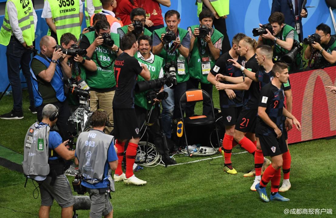 记者遭克罗地亚球员叠罗汉压住 趁机拍到珍贵一幕