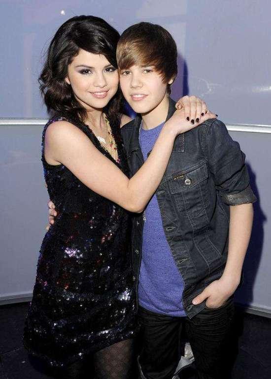 彼时,他是音乐歌手出道的高颜值小正太,她是有着婴儿肥的可爱小女孩.