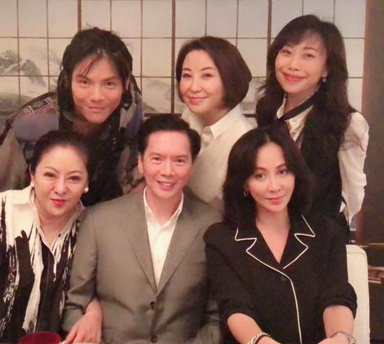向佐晒一家人与刘嘉玲合照共进晚餐超开心