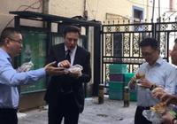 特斯拉宣布中国建厂 马斯克被拍在街头吃煎饼果