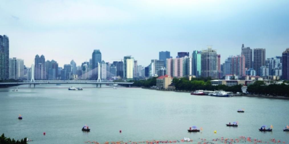横渡珠江健儿点赞母亲河:水质良好环境佳