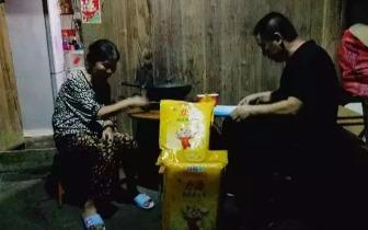 临桂区人民法院庭长彭苏平夜访贫困户 帮扶暖人心