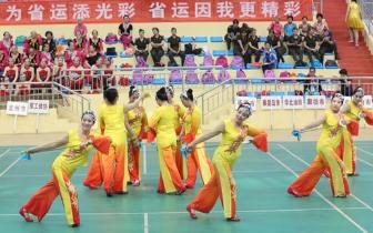 动感音乐舞出年轻的心 健身球操展示健康美