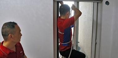 老太翻出6楼窗外 空调安装工高空施救